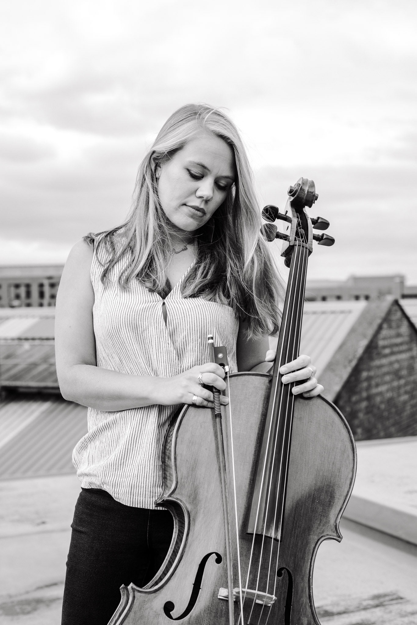 Sarah Smout with cello on rooftop (black and white)