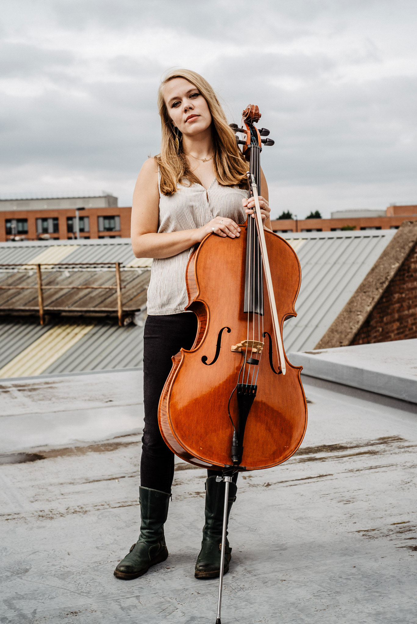 Sarah Smout with cello on rooftop (colour)